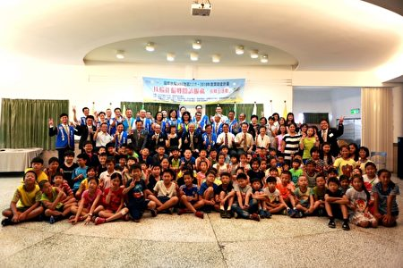 三星鄉大洲國小學生與參加捐贈儀式來賓。(曾漢東/大紀元)