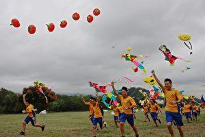 苗栗縣頭屋國中學生一起放風箏。(許享富/大紀元)
