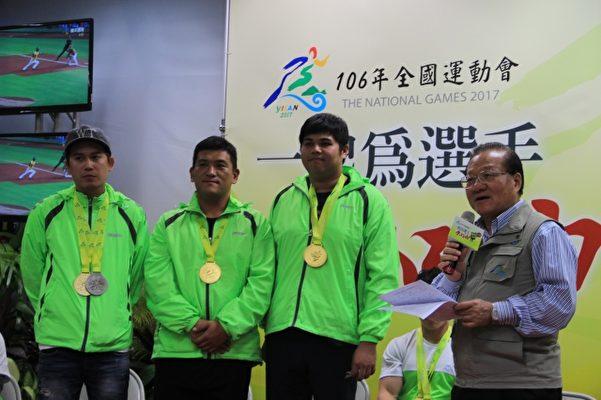 射击双不定向飞靶男子组宜兰得冠的是团赛(右二起 庄翰霖、蔡富宇、吴名伦)。(谢月琴/大纪元)