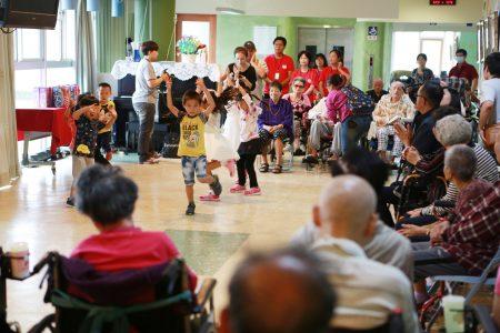 三星鄉立幼兒園的學童也到場祝賀,藉由萌趣十足的歌舞表演。(曾漢東/大紀元)