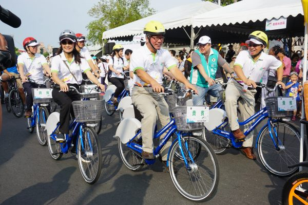 生态交通盛典,高市各局处总动员,平常公务车代步的局处首长骑单车充满活力。(李怡欣/大纪元)