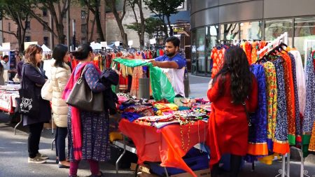 华人民众挑选着印度亮丽的传统服饰。