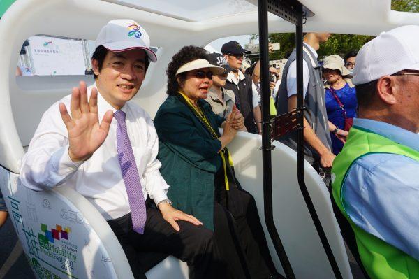 高雄1日举办生态交通全球盛典,行政院长赖清德(左)与高雄市长陈菊共乘绿色电动运具踩街。 (李怡欣/大纪元)