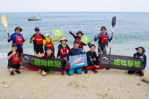 30日,12位獨木舟好手,以人力操槳方式,歷時2.5小時、14公里,完成大鵬灣橫渡小琉球航程。 (李歐提供)