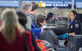 美國交通安全管理局(TSA)已經加強在美國各機場的個人電器的安全檢查,要求搭機乘客從包中取出任何大於手機的電子產品,並對這些物品進行掃描。( PAUL J. RICHARDS/AFP/Getty Images)