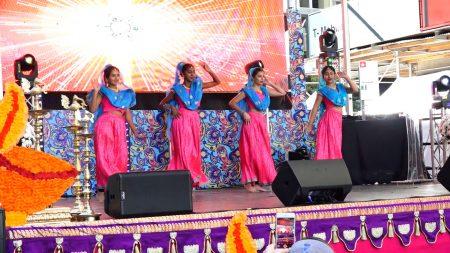 舞台上,四名年轻美丽的舞者跳着印度传统舞蹈。