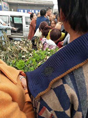 10月11日,河南安阳县磊口乡泉门村数十名村民到郑州市政府上访被拦截,有一名女村民被打伤。(村民提供)