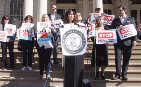 共和黨籍市長候選人瑪麗奧19日與社區權益團體在市政廳階梯前疾呼反對非法改建樓宇。