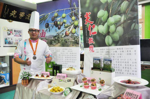 廚師盧俊斌示範橄欖入菜的精緻蔬食料理,他說寶山橄欖很優質,不要讓義大利橄欖油專美於前,身為寶山人應該為家鄉的產業盡一份心力。(賴月貴/大紀元)