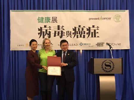市議員顧雅明(右一)向健康展頒發褒獎。