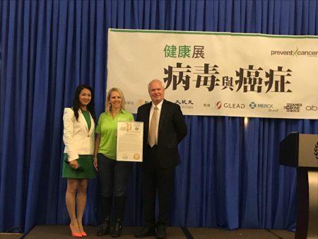 州參議員艾維樂(右一)向健康展頒發褒獎。