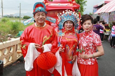 左起64岁林茂在(新郎)、65岁林全木(男扮女装新娘)及媒婆何秀美(五结乡民代表)。
