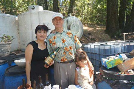 邓小美和先生与女儿。(邓小美提供)