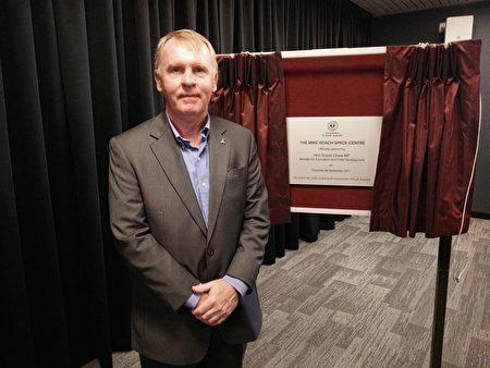 阿德莱德Hamilton航天学校 9月28日正式对外开放,图为前宇航员托马斯(Andy Thomas),他是为该校开放剪彩的嘉宾之一。(Sean/大纪元)