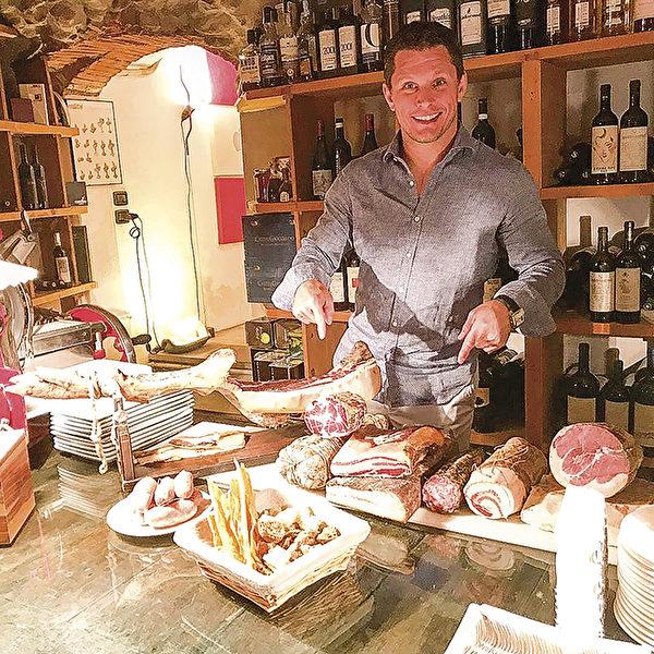 Jeff Michaud在意大利的一间餐前酒酒窖中。(Jeff Michaud提供)