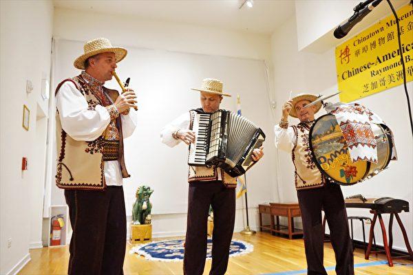 三位烏克蘭裔音樂家表演民族音樂。(溫文清/大紀元)