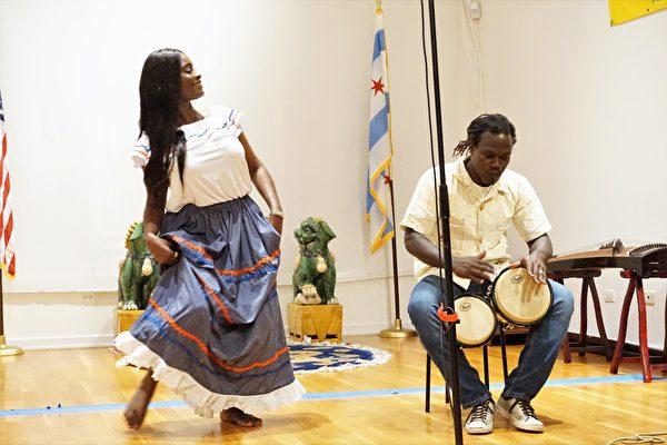 海地裔吉他歌手Gerald 'Toto' Alfred和歌手Krissy表演海地音樂和舞蹈。(溫文清/大紀元)