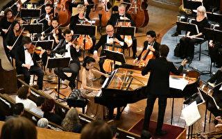 卡城慈善音乐会:华裔钢琴家陈毓襄用琴键跃动温暖