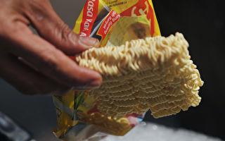 2010年10月12日,印尼雅加達的一個街食攤位正準備煮「Indofood」食品公司生產的即時麵。(BAY ISMOYO/AFP/Getty Images)