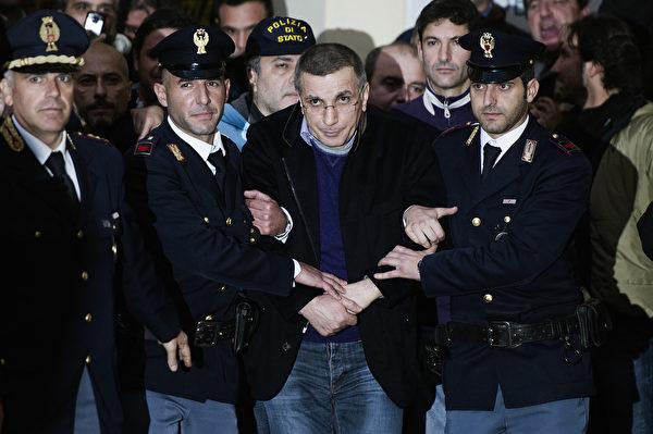 意大利黑帮卡莫拉的大佬查葛瑞亚,2011年从地下洞穴被捕,之后被判终生监禁。(ROBERTO SALOMONE/AFP/Getty Images)