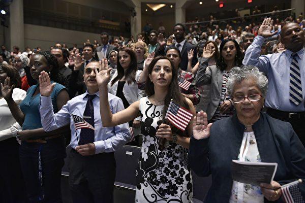 二十年来首见 美去年大选后入籍申请激增