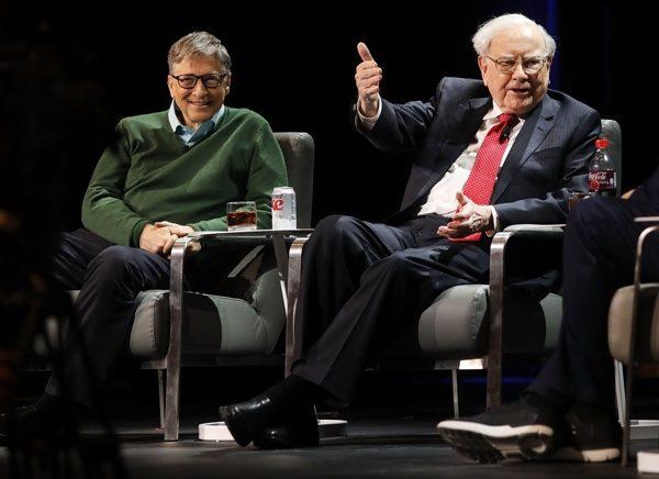 比爾·蓋茨(左)和巴菲特(右)正在接受記者採訪。(Spencer Platt/Getty Images)