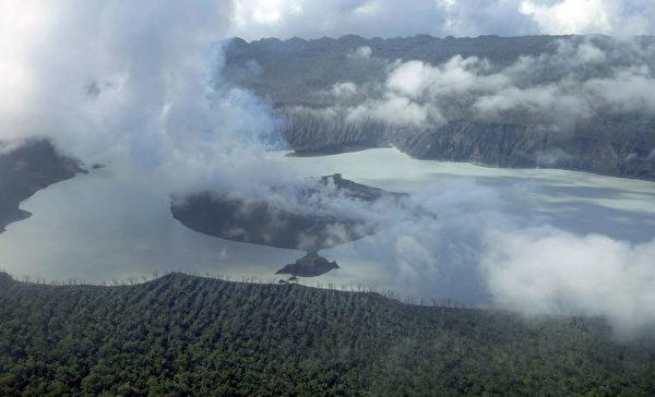 2017年9月30日,煙、灰和火山岩從瓦努阿圖的安巴海島上一座噴發火山的火山口噴發出來。(THOMAS BOYER/AFP/Getty Images)