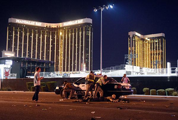 枪击事件发生后,特警组迅速抵达现场,封锁酒店和音乐会现场并搜捕攻击者。(David Becker/Getty Images)