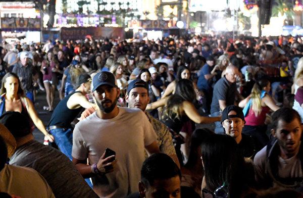 LAS VEGAS, NV - OCTOBER 01: People flee the Route 91 美国赌城拉斯维加斯音乐会现场大约在晚间11点左右出现枪响,群众开始四处惊慌逃窜。(David Becker/Getty Images)