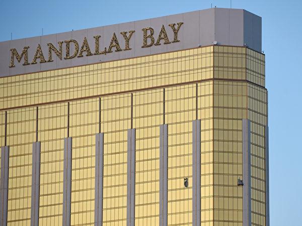 帕多克1日晚間在曼德勒灣酒店位於32樓的房間內,向演唱會現場連續射擊9分鐘。(David Becker/Getty Images)