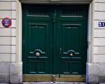 9月30日清晨4点半,巴黎16区Chanez路31号的一位居民闻到楼里有刺鼻的汽油味,于是出门查看,结果发现在楼房入口处的大厅里有4个煤气罐、一些汽油罐和疑似炸弹遥控装置。(MARTIN BUREAU/AFP/Getty Images)