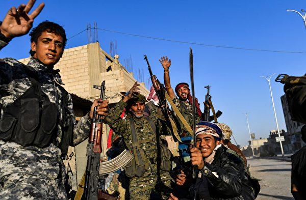 """叙利亚民主力量(SDF)周二(10月17日)表示,针对拉卡的""""主要军事行动""""已经结束,IS分子已失去对拉卡的控制权。(BULENT KILIC/AFP/Getty Images)"""