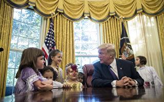 组图:万圣节前 川普在白宫给记者子女发糖