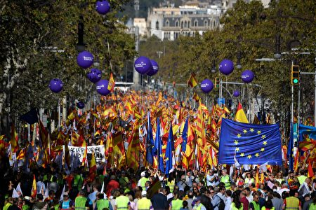 People hold Spanish and EU flags during a pro-unity demonstration in Barcelona on October 29, 2017. Pro-unity protesters were to gather in Catalonia's capital Barcelona, two days after lawmakers voted to split the wealthy region from Spain, plunging the country into an unprecedented political crisis. / AFP PHOTO / LLUIS GENE (Photo credit should read LLUIS GENE/AFP/Getty Images)