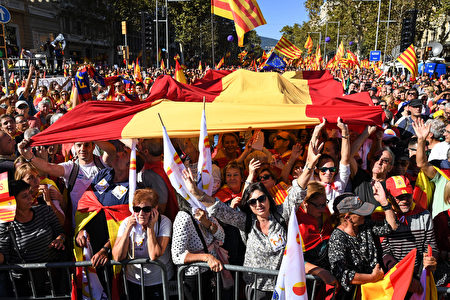 BARCELONA, SPAIN - OCTOBER 29: Thousands of pro-unity protesters gather in Barcelona, two days after the Catalan parliament voted to split from Spain on October 29, 2017 in Barcelona, Spain.The Spanish government has responded by imposing direct rule and dissolving the Catalan parliament. (Photo by Jeff J Mitchell/Getty Images)