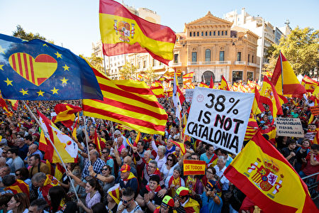 BARCELONA, SPAIN - OCTOBER 29: Protesters wave Spanish flags and carry banners during a pro-unity demonstration on October 29, 2017 in Barcelona, Spain. Thousands of pro-unity protesters gather in Barcelona, two days after the Catalan Parliament voted to split from Spain. The Spanish government has responded by imposing direct rule and dissolving the Catalan parliament. (Photo by Jack Taylor/Getty Images)