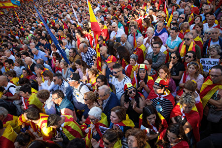 BARCELONA, SPAIN - OCTOBER 29: Protesters gather during a pro-unity demonstration on October 29, 2017 in Barcelona, Spain. Thousands of pro-unity protesters gather in Barcelona, two days after the Catalan Parliament voted to split from Spain. The Spanish government has responded by imposing direct rule and dissolving the Catalan parliament. (Photo by Jack Taylor/Getty Images)