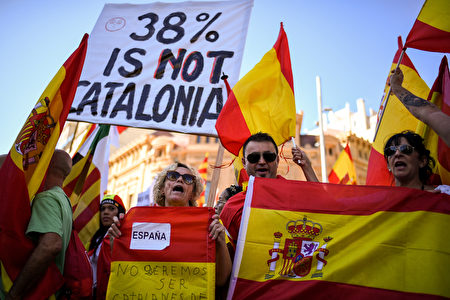 BARCELONA, SPAIN - OCTOBER 29: Thousands of pro-unity protesters gather in Barcelona, two days after the Catalan parliament voted to split from Spainon October 29, 2017 in Barcelona, Spain. The Spanish government has responded by imposing direct rule and dissolving the Catalan parliament. (Photo by Jeff J Mitchell/Getty Images)