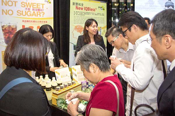 說明會后,各地商家爭相品嘗彥臣的綠蜂膠飲品。(聖泉/大紀元)