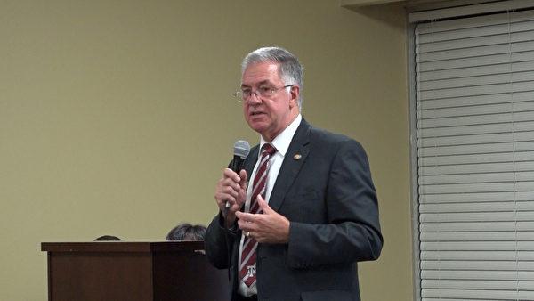 圖:大學城的市長Karl Mooney說,請觀眾們將信息傳遞給身邊的人,共同制止中共活摘罪行,並希望美國政府能夠進一步採取行動。(新唐人視頻截圖)