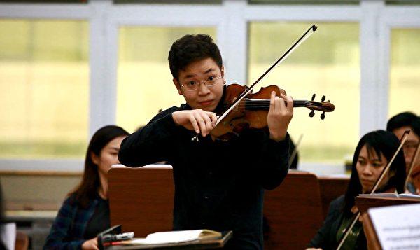 小提琴家黃俊文 Paul Huang在彩排。(圖片由TSO提供)