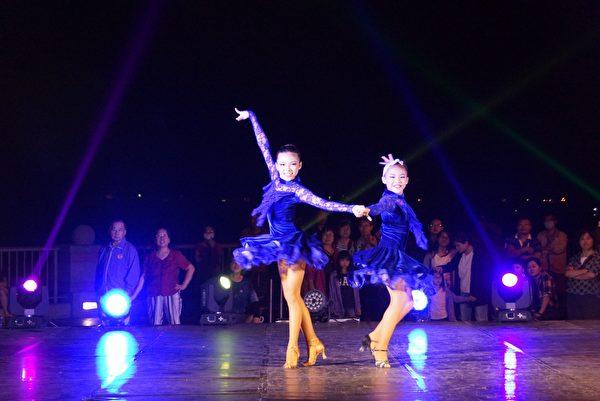 30組舞蹈高手在最美的西灣夕照下,輪番上陣尬舞。(高雄市觀光局提供)