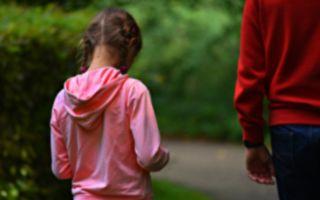 路遇父女同行 女孩唇语的两个字 让他立即报警