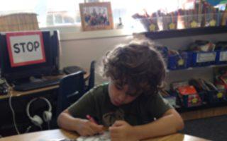 小男孩快遲到卻不進教室 緣由曝光讓網友大讚