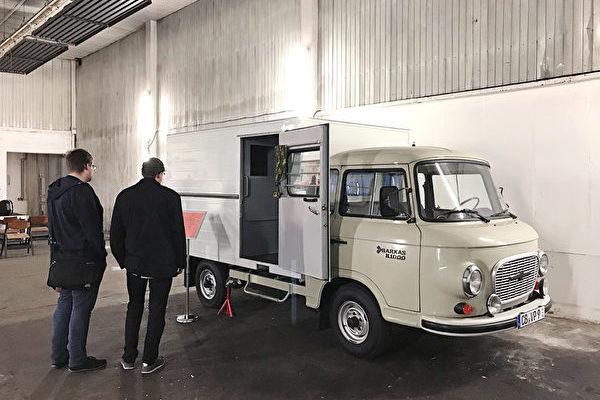東德時期在東柏林運輸犯人的囚車,狹小的後車廂曾被隔離成五個單獨牢籠。(大紀元)