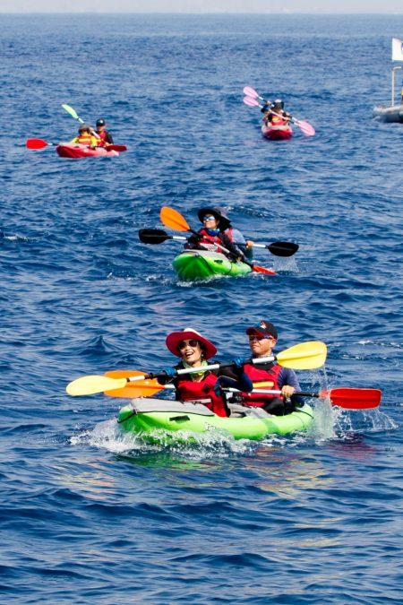 12位獨木舟好手以人力操槳方式橫跨14公里,成功從屏東大鵬灣橫渡小琉球。(李歐提供)