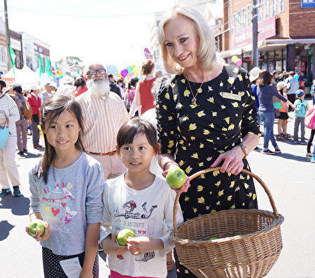 莱德副市长Jane Stott认为这样的活动很有意义,庆祝当地的文化历史,体现多元文化。(燕楠/大纪元)