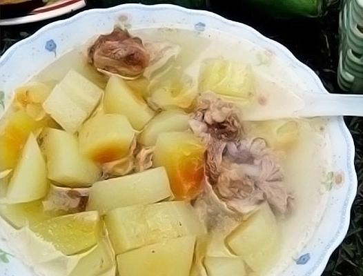 加入排骨熬製的木瓜湯滋陰潤肺。(楊美琴/大紀元)