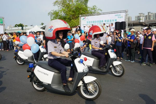 高市警察局展示电动警车,戴上姐姐招牌大头安全帽,相当有趣。(李怡欣/大纪元)