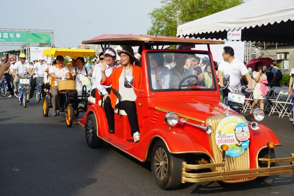 生态交通全球盛典1日高雄登场,游行队伍中,一台出色的电动老爷车造型吸睛。(李怡欣/大纪元)